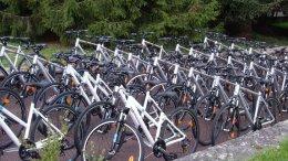 De nombreux vélos en stationnement