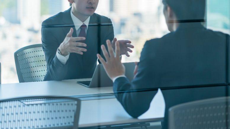 Hommes en réunion