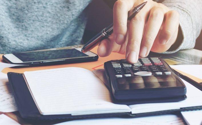 Calculatrice et téléphone sur un bureau