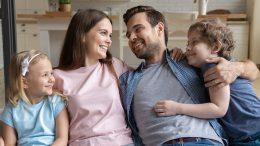 Jeune famille qui fait un calin